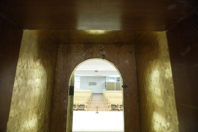 Imagen tomada desde el interior del sagrario, vacío tras el robo del sagrario de seguridad (Foto: Alberto Saiz)