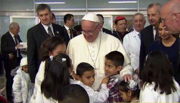 Francisco con los pequeños representantes de la Fundación Guido Carli