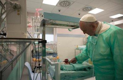 el-papa-en-la-unidad-de-neonatologia
